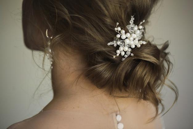Свадебная прическа с украшениями. элегантные аксессуары для волос.