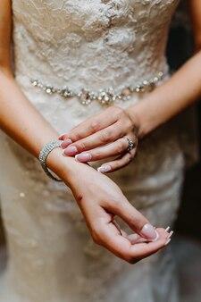 花嫁は彼女のブレスレットを調整します