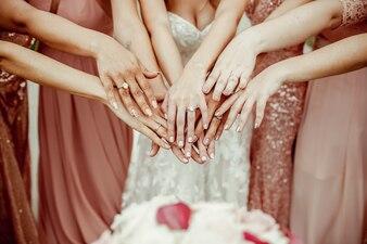ピンクのドレスの花嫁とブライドメイド
