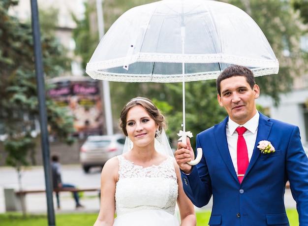 야외에서 걷는 결혼식 날 신부와 신랑. 공원에서 신혼입니다.