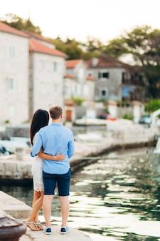 Жених и невеста в день свадьбы гуляют на свежем воздухе по весенней природе