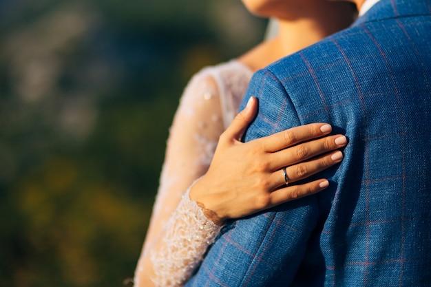 屋外を歩く結婚式の日の新郎新婦