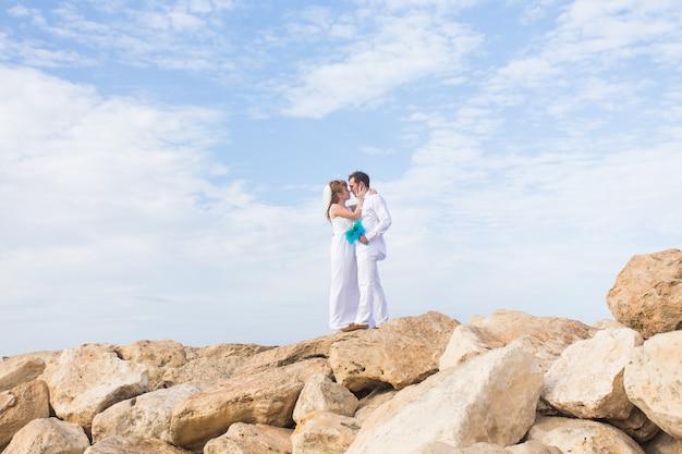 그들의 결혼식에 바다로 신부와 신랑