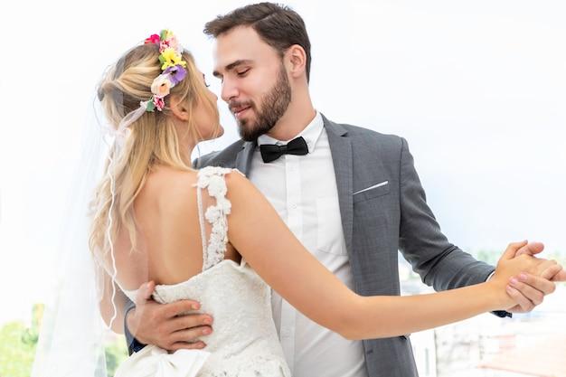 Невеста и жених пара кавказских танцев и шучу в свадебной студии.