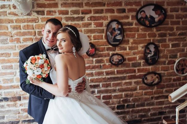 結婚式の日に新郎新婦のカップル