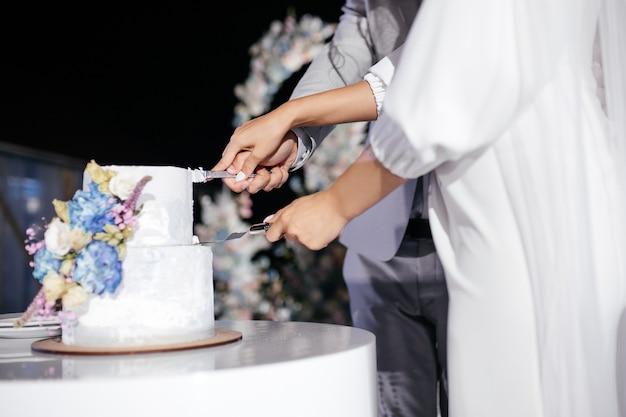 新郎新婦がウエディングケーキを切る
