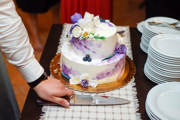 신부와 신랑 결혼식 케이크를 절단
