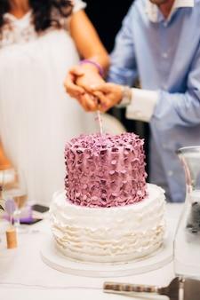 ウエディングケーキを切る新郎新婦