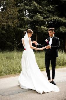 結婚式の日を踊る新郎新婦