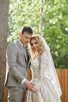 신부와 신랑 포옹, 자연의 아름다운 결혼식. 사랑하는 젊은 부부