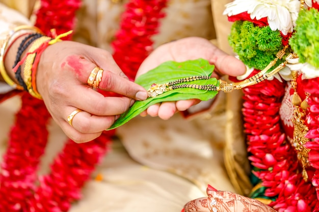 新郎新婦の手、インドの結婚式