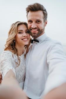 ビーチでの結婚式をしている新郎新婦
