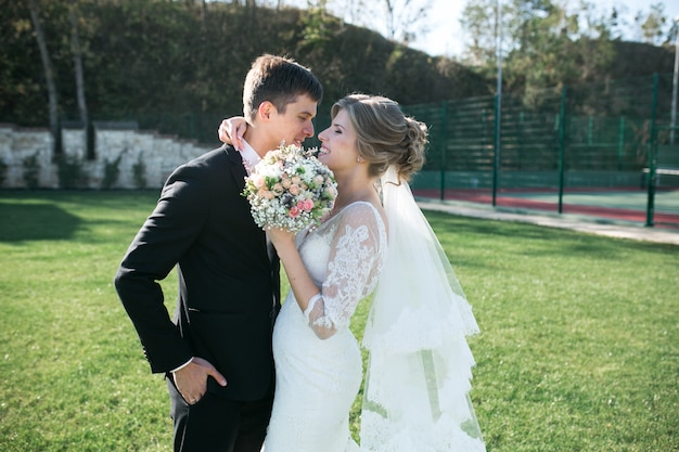 Жених и невеста веселятся в старом городе