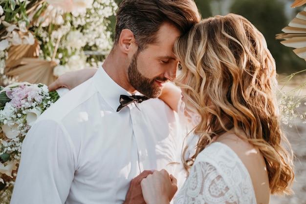 ビーチで結婚式をしている新郎新婦