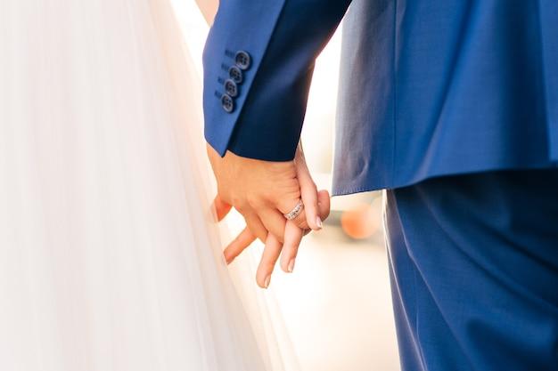 手をつないで新郎新婦。モンテネグロでの結婚式