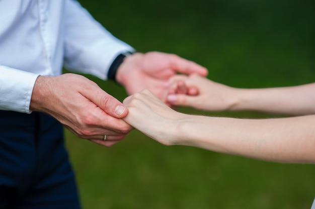 手を繋いでいる新郎新婦。