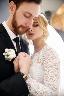 新郎新婦は結婚式の日に抱き合ったりキスしたりします