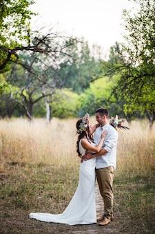 자연의 결혼식에서 포옹하는 신랑과 신부