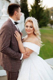 彼らの結婚式、写真セッションで森の新郎新婦。