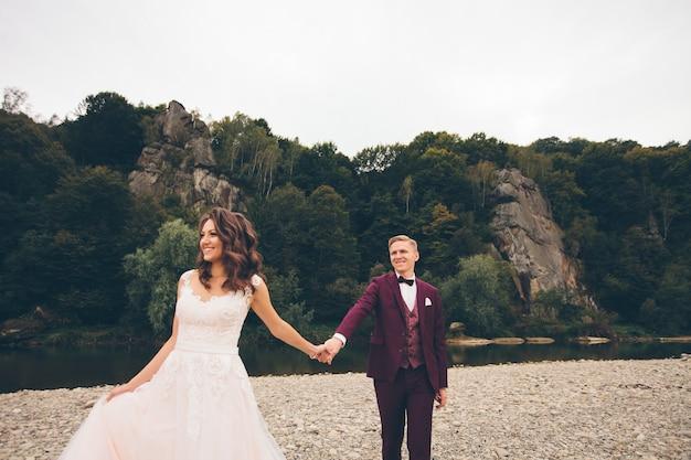 愛の結婚式のカップルの新郎新婦