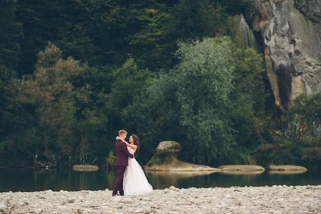 Жених и невеста в любви свадебной пары