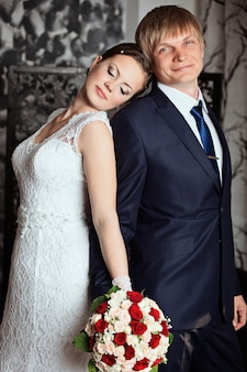 Жених и невеста в студии с винтажным интерьером