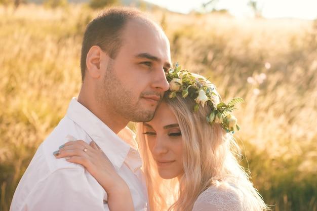 晴れた夏の日の新郎新婦屋外の結婚式と関係羊のロマンチックなコンセプト