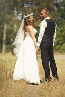 Жених и невеста в парке. снимок в полный рост.