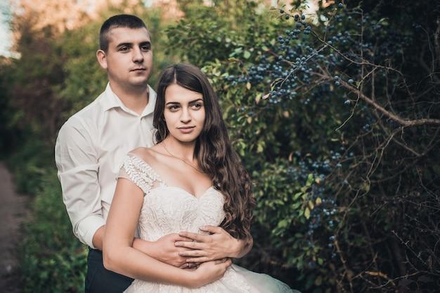 Жених и невеста в свадебном платье на