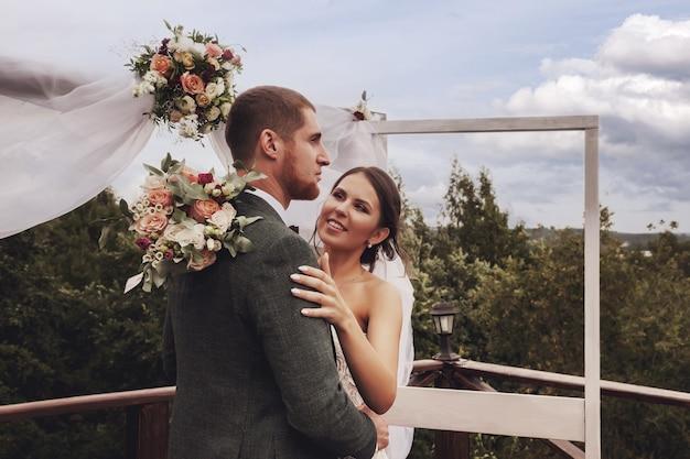 田舎の村の家での結婚式の新郎新婦のアイルランドのスタイル。水曜日の幸せなカップルの若い家族。幸せな女性とかわいい新郎。結婚登録事務所と高級結婚のコンセプト