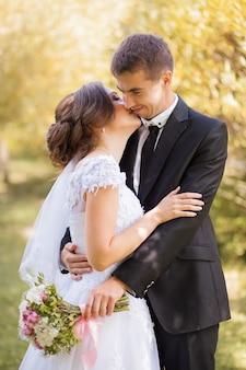 秋の公園で新郎新婦のキス