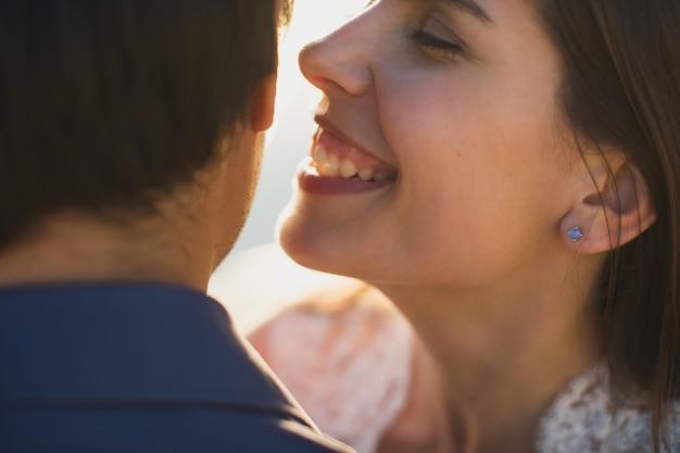 Жених и невеста нежно целуются. сексуальные поцелуи стильная пара влюбленных крупным планом портрет