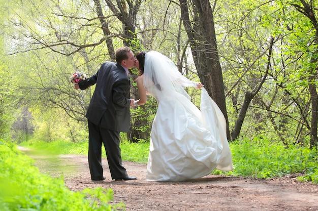公園でキスする新郎新婦