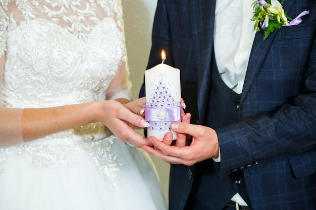 결혼식 날 함께 촛불을 켜는 신랑 신부