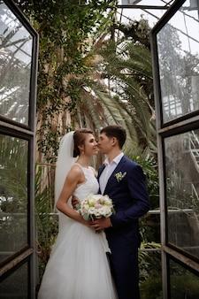 Жених и невеста смотрят друг на друга. свадьба в orpignere. свадебный декор