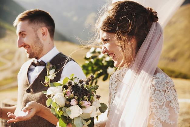 花嫁は、山の頂上に結婚式中に美しい見える