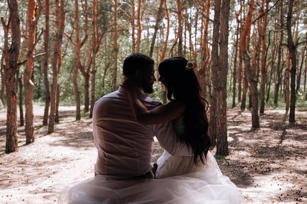 Жених и невеста. роскошная молодая пара влюбленных молодоженов позирует для первой семейной свадебной фотосессии
