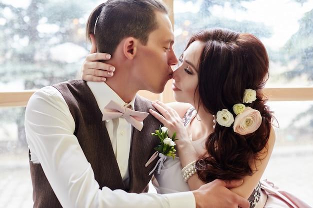 Жених и невеста возле большого окна