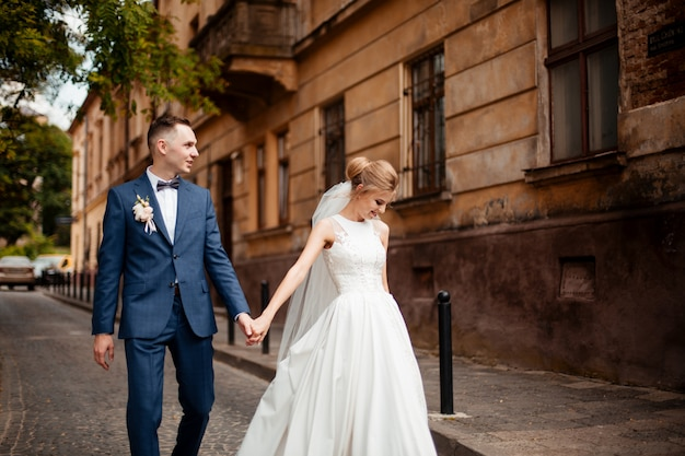 Жених и невеста в день свадьбы в городе. свадебная пара после свадебной церемонии.