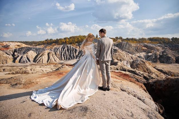 Жених и невеста позирует на природе