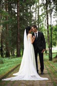 Жених и невеста позируют на природе