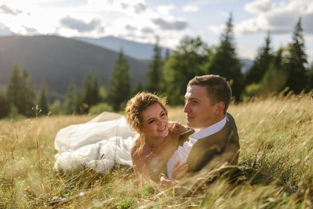 Жених и невеста позирует в горах