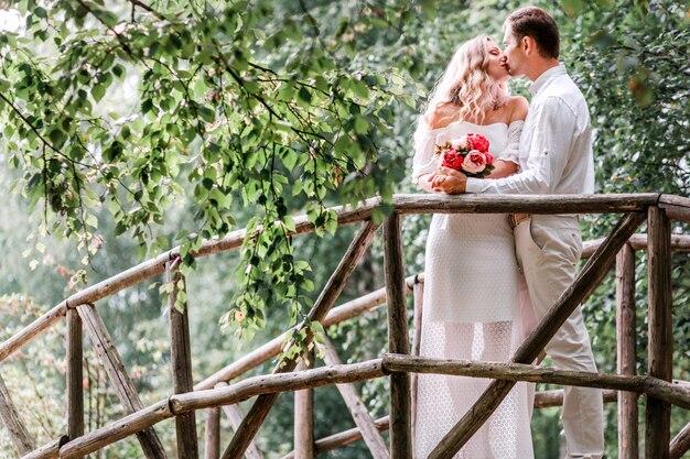 橋の上でポーズ新郎新婦
