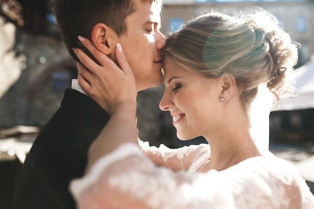 旧市街の路上でポーズをとる新郎新婦、クローズアップ