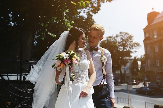旧市街の通りでポーズをとる新郎新婦