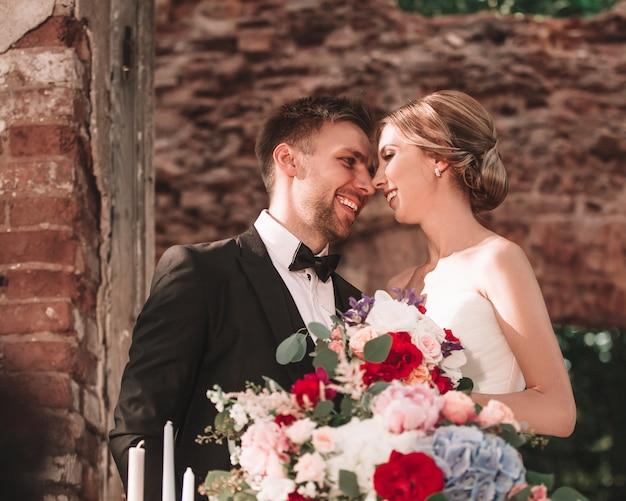 연회 테이블에 서있는 신랑과 신부