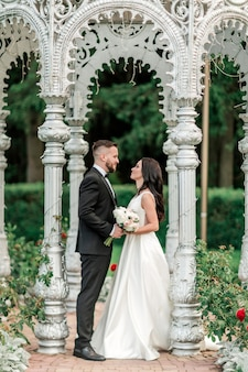 여름 파빌리온에 서있는 신랑과 신부. 휴일 및 행사