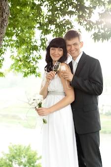 Жених и невеста вместе стояли под деревом