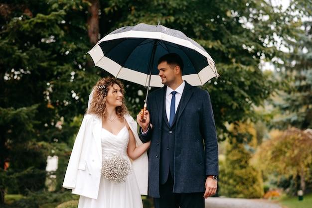 傘の下で新郎新婦