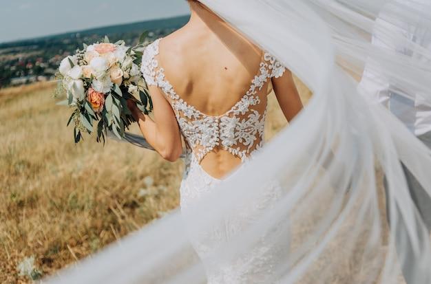 花嫁、新郎、歩く、フィールド、風、吹く、ベール